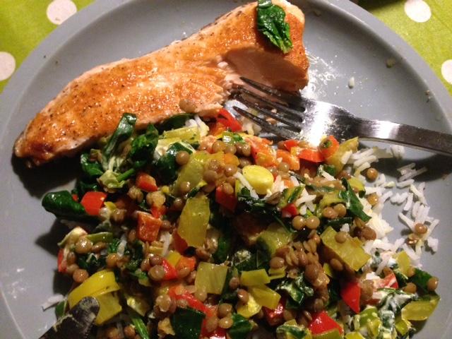 Ein großartiges Rezept für ein entzündungshemmendes Mittag oder Abendessen: Berglinsen mit Mangold und gebratenes Lachsfilet